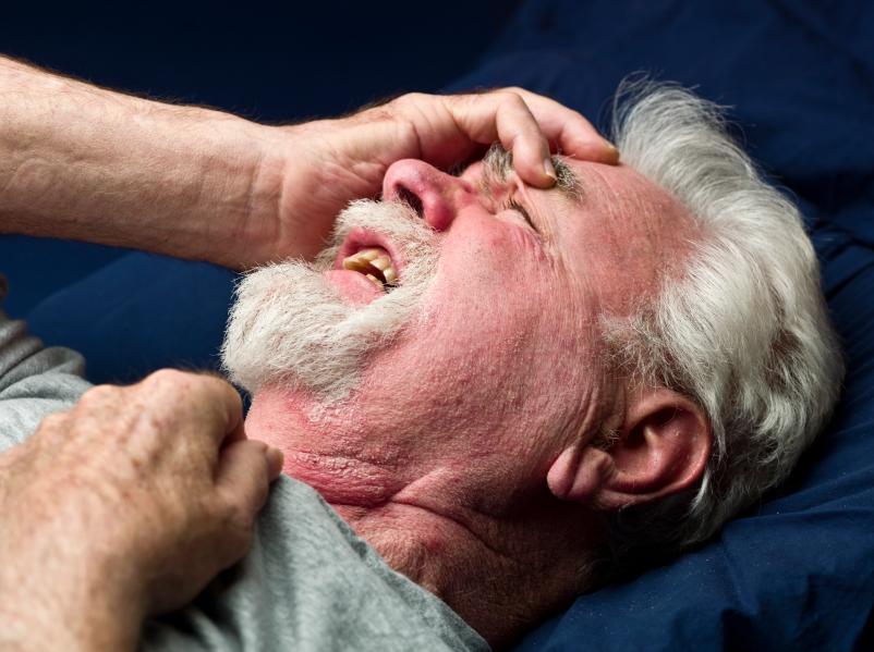 Homem com a mão na cabeça e sentindo dor | AVC