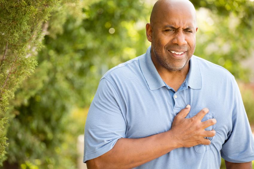 Homem mais velho sentindo dor no peito | Dor no peito
