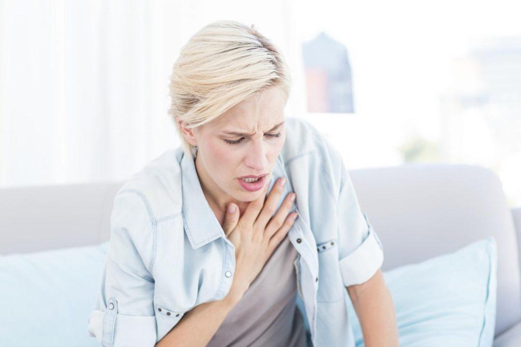 Mulher com dificuldade para respirar | Falta de fôlego