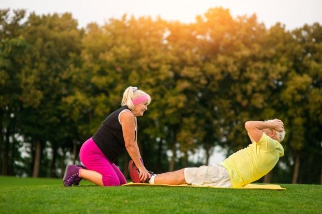 Casal de idosos se exercitando ao ar livre | Vivendo saudável com diabetes