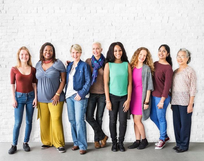 Mulheres de diferentes etnias e idades sorrindo | Doenças cardiovasculares atingem mais mulheres
