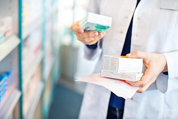 Farmacêutica segura três caixas de remédios e uma receita nas mãos | Medicamentos na POP