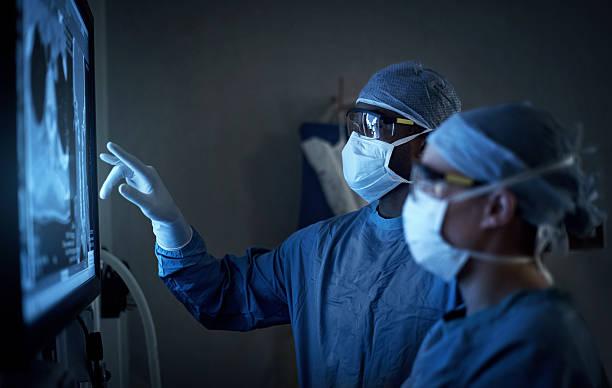 Dois médicos analisam juntos um exame | Tratamento da endometriose
