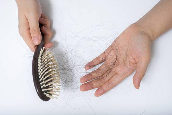 Queda de cabelo? Saiba as principais causas e quais os tratamentos adequados para o problema.