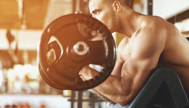 Homem malhando: Whey Protein