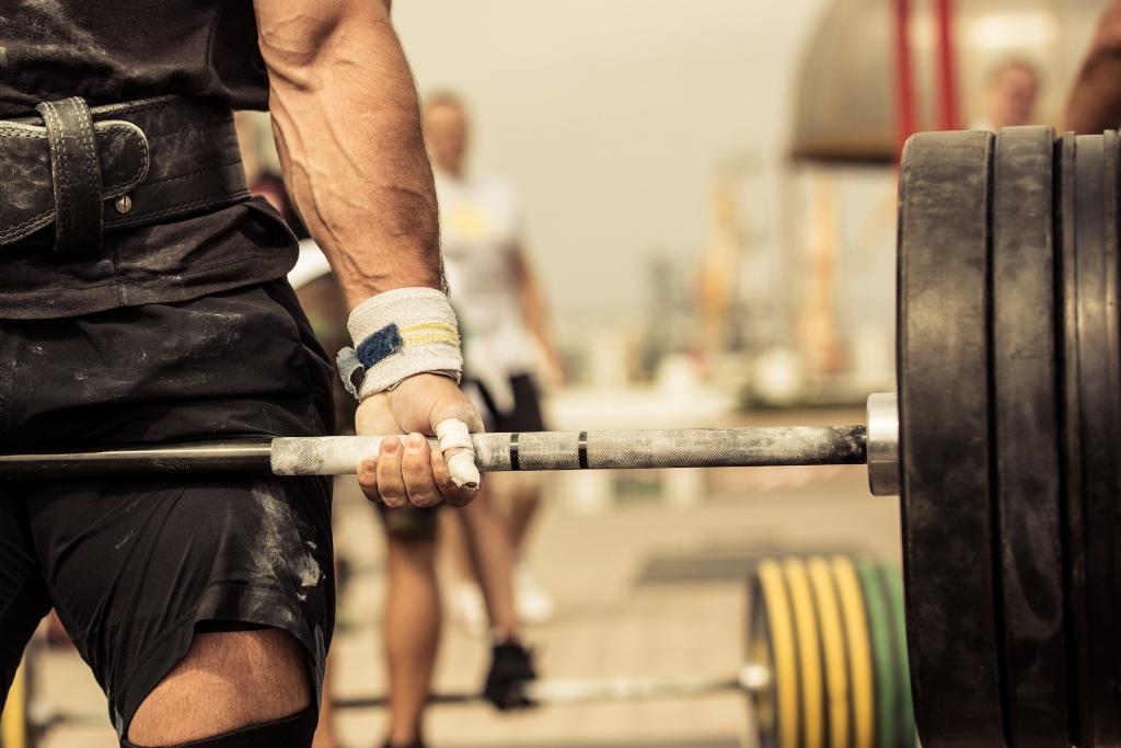 Homem fazendo musculação - Carnitina